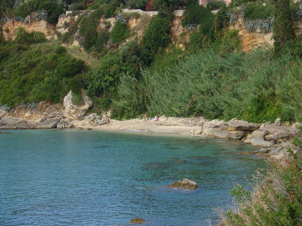 Per Motorboot von Lourdas startend erreicht man schnell den Pessada Strand
