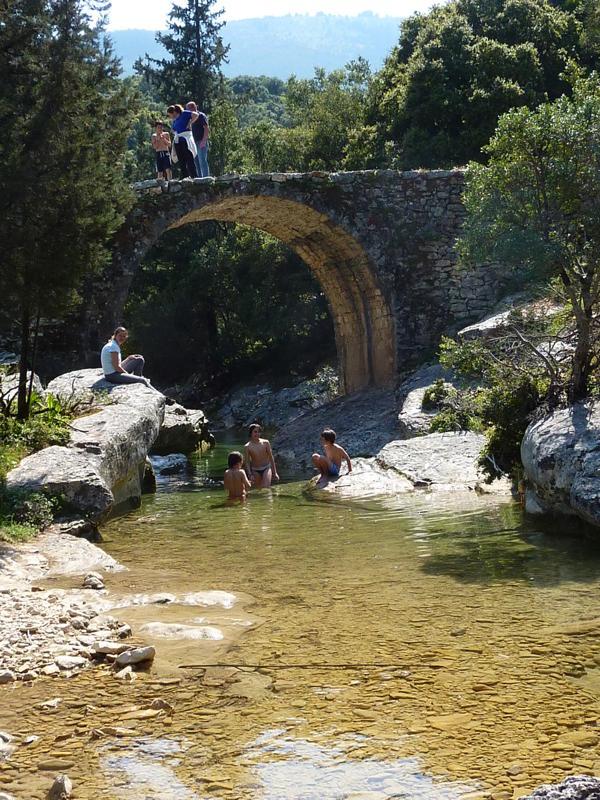 Brücke am Wanderweg zu den Wassermühlen bei Sami