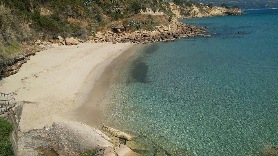 Aquamarinblaues Meer mit kleinem Sandstrand, gut mit Motorboot von Lourdas aus zu erreichen.
