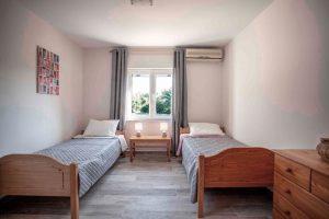 Schlafzimmer mit Einzelbetten im Joleni Cottage