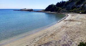 Kleiner Strand mit flachem Wasser