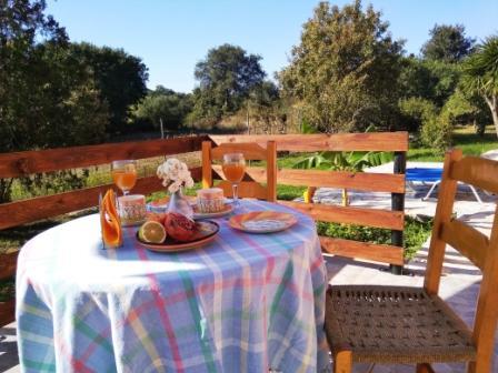 Frühstück auf Joleni Cottages Terrasse