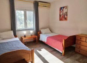Schlafzimmer mit 2 Einzelbetten im Joleni Cottage Kefalonia